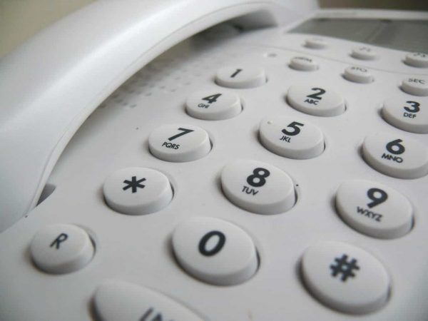 Imagem mostra o teclado de um telefone fixo.