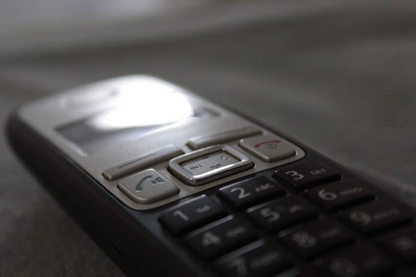 Imagem mostra um telefone sem fio.