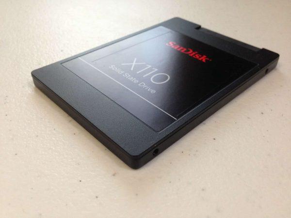 SSD preto visto de perto.