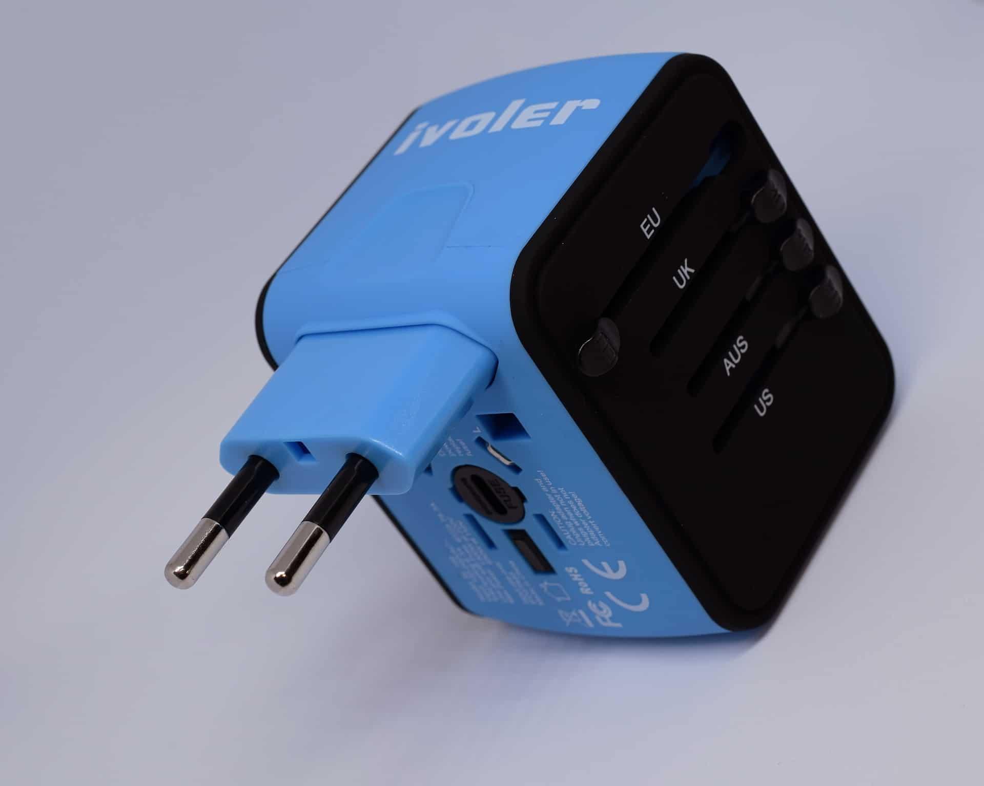 Adaptador universal de cor azul e preta.