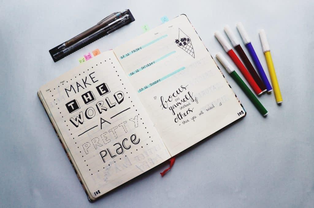 Imagem de uma agenda costurada.