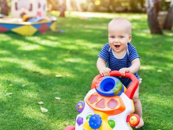 Imagem mostra bebê empurrando andador.