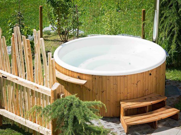 Uma banheira de hidromassagem em um jardim.