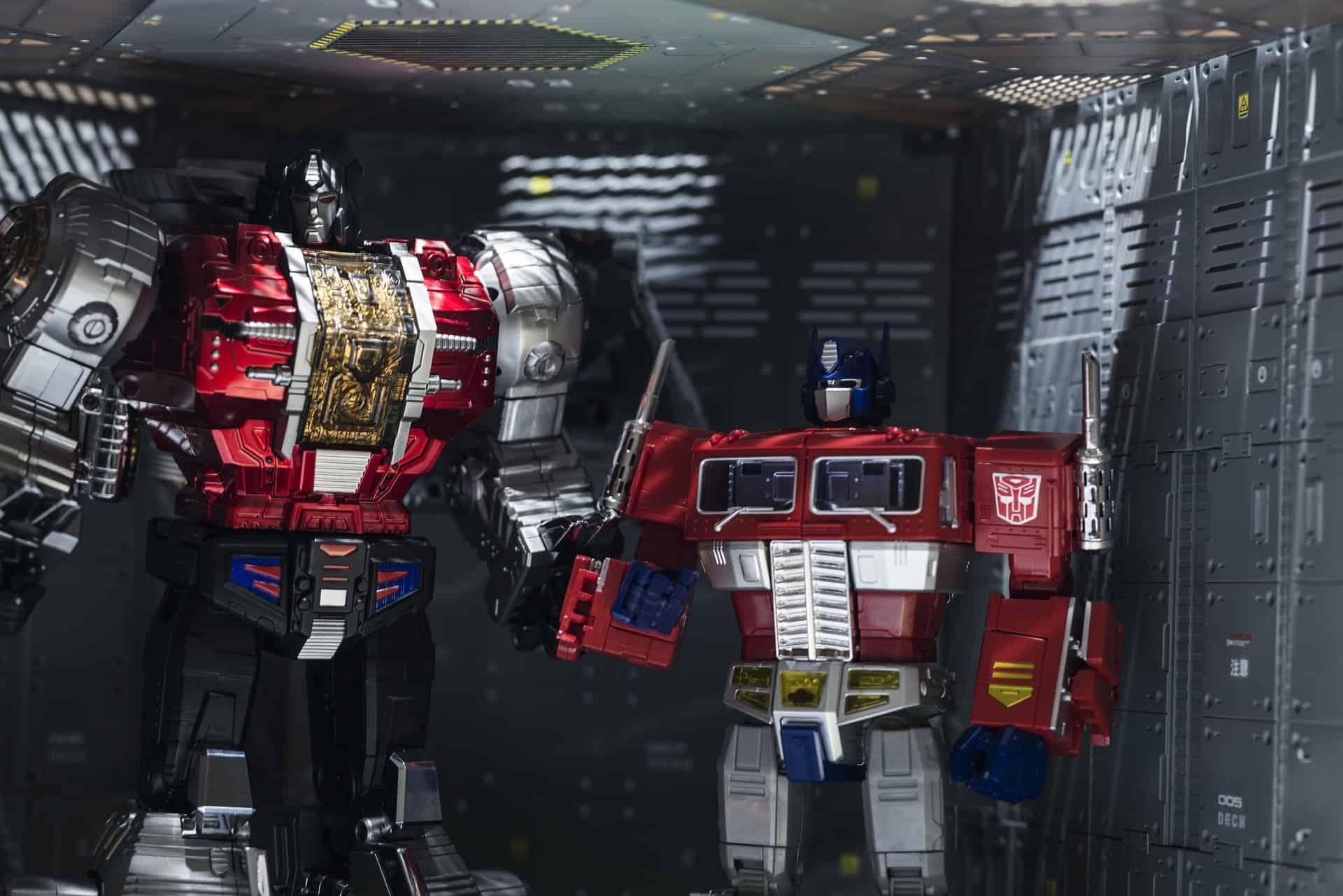 """Imagem mostra dois brinquedos Transformers do tipo """"action figure""""."""