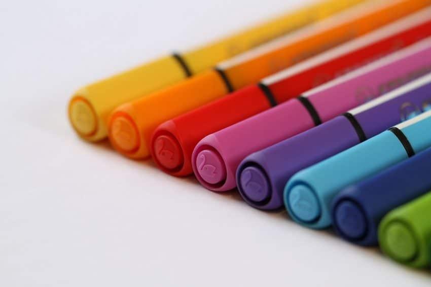 Imagem de canetas hidrográficas coloridas de formato triangular com tampas com relevo de cisne.
