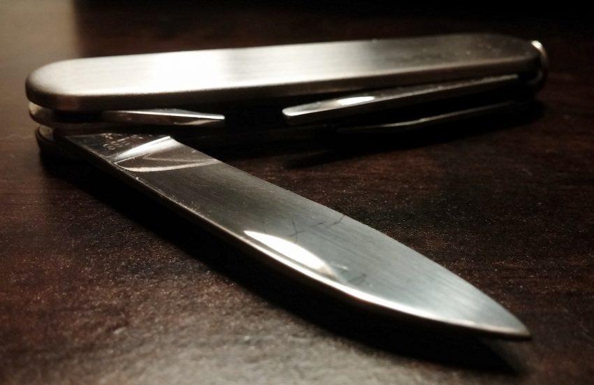 Canivete sobre uma mesa.