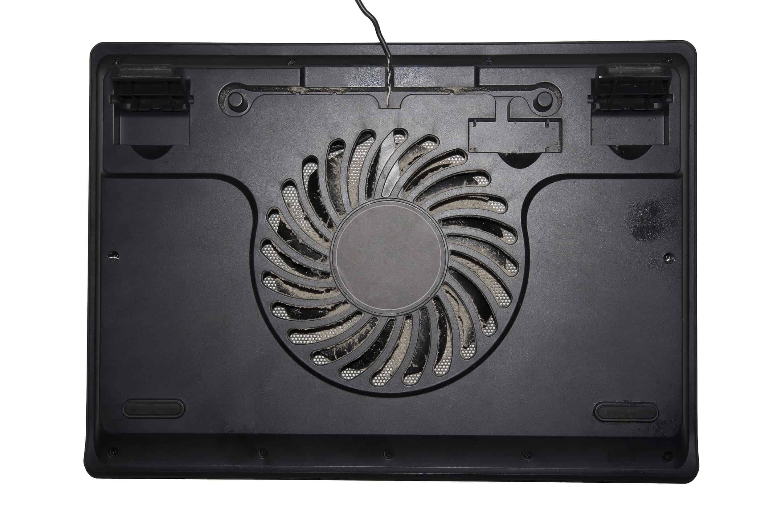 Zoom na parte de trás de um notebook, onde há um cooler.