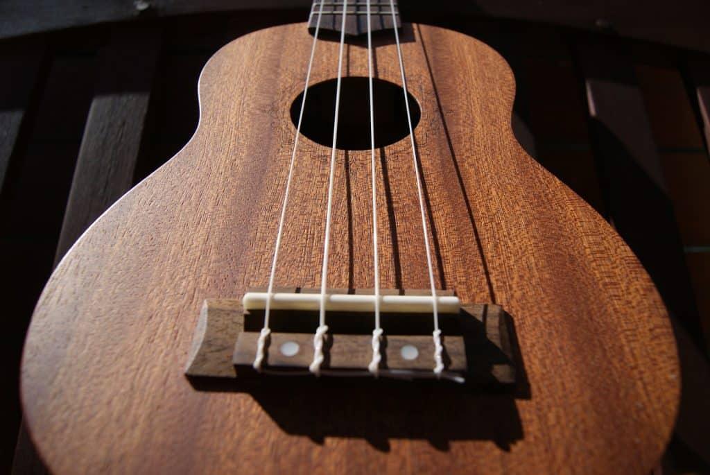 Imagem de um ukulele, mostrando suas cordas de nylon.