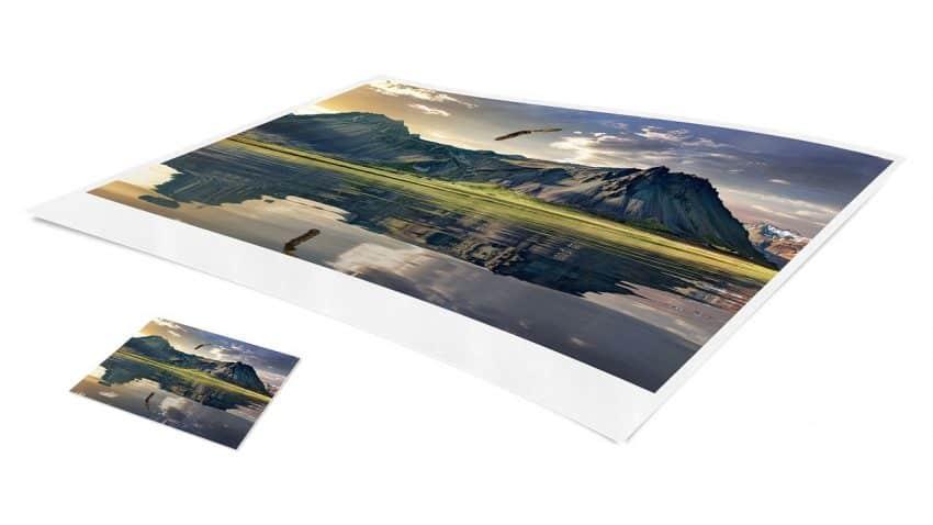 Imagem mostra dois papéis fotográficos impressos, um de tamanho maior, e outro menor.