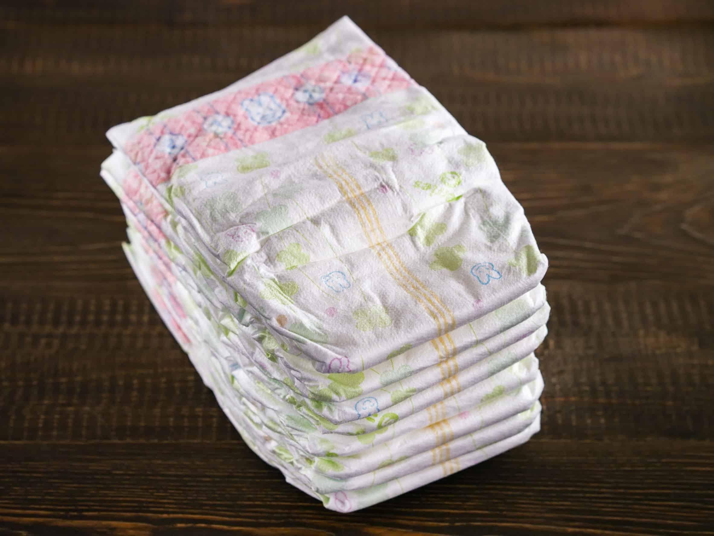 Imagem de pilha de fraldas descartáveis.