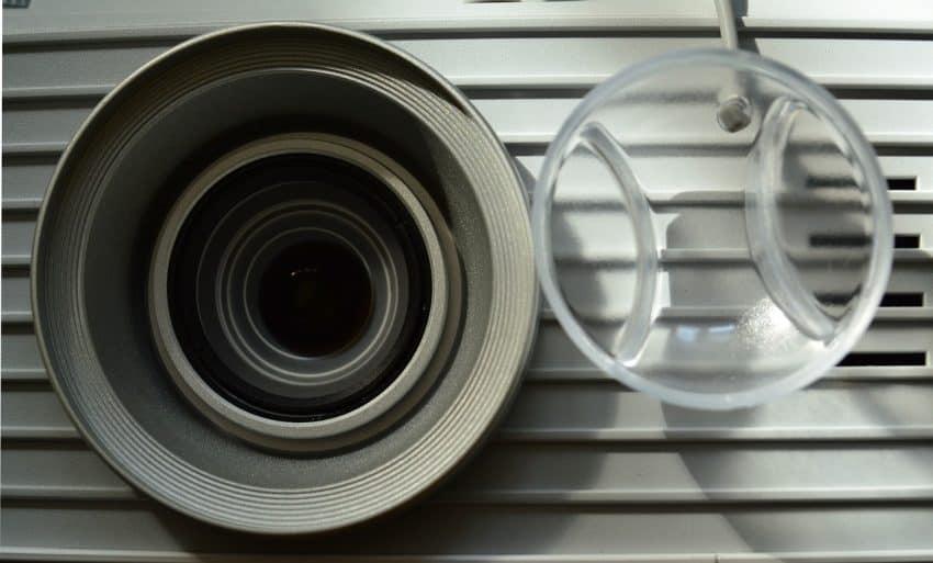 Imagem aproximada de um projetor, evidenciando sua lente.