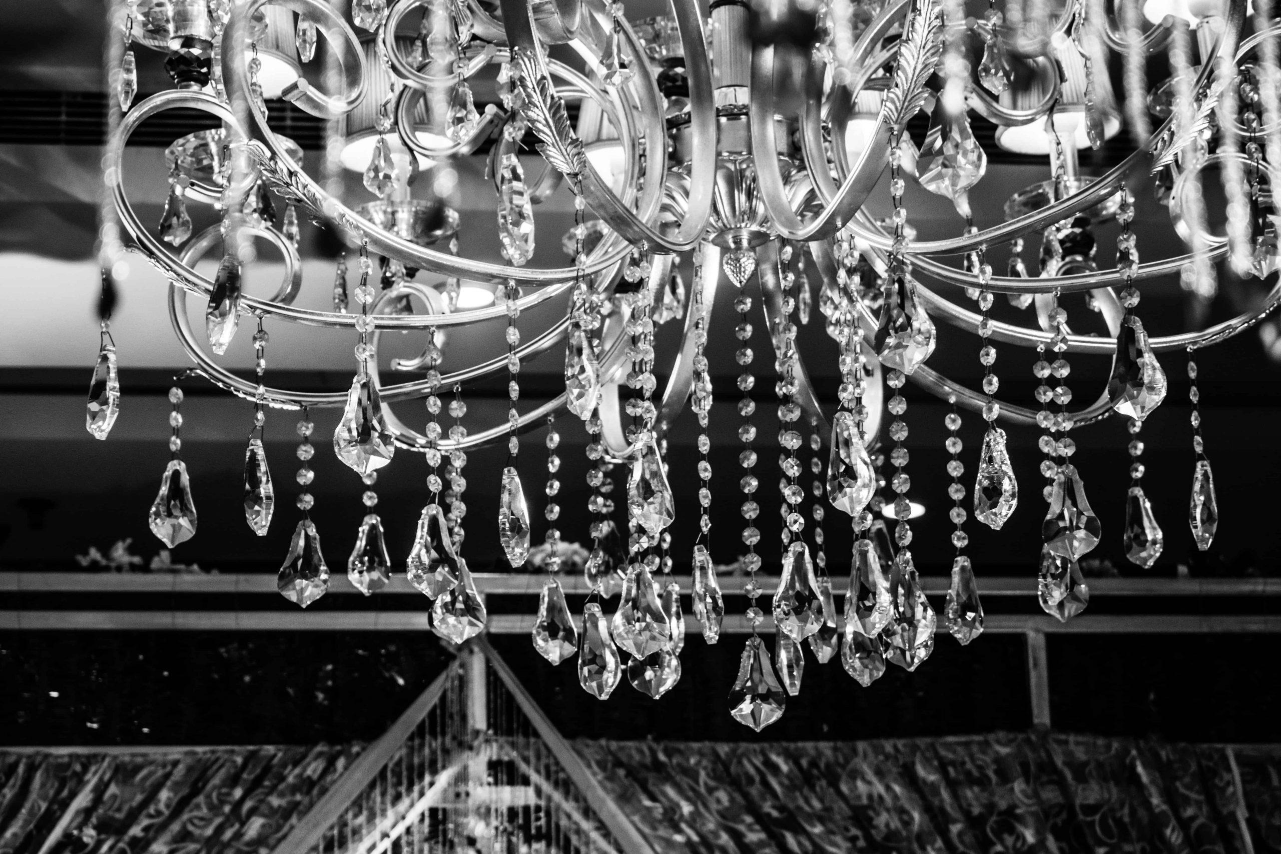 Imagem de lustre em estilo clássico em preto e branco.