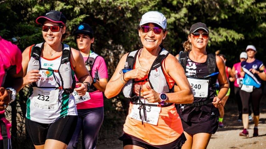 Imagem de maratonistas correndo usando monitores cardíacos em estilo relógio.