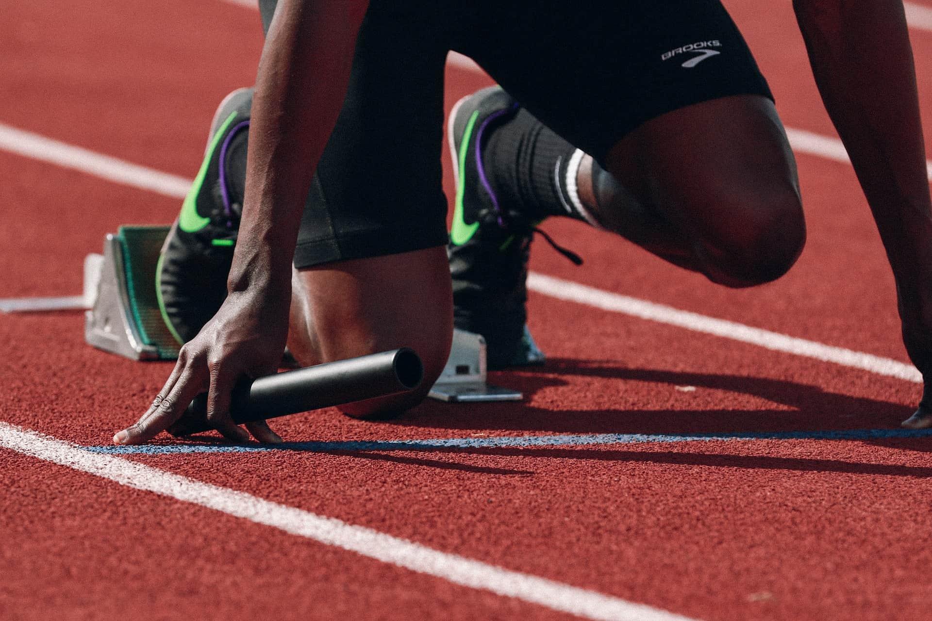 Imagem de um corredor se preparando para a largada da competição.