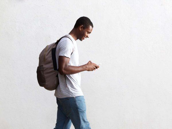 Homem com mochila nas costas.