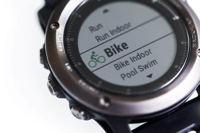 Imagem de um monitor cardíaco em estilo relógio configurado para bike.