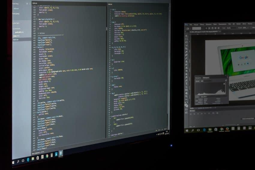 Close em duas telas de computador com códigos de programação.