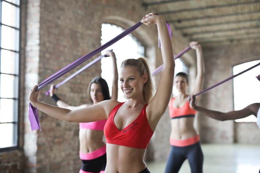 Imagem de mulheres se exercitando.