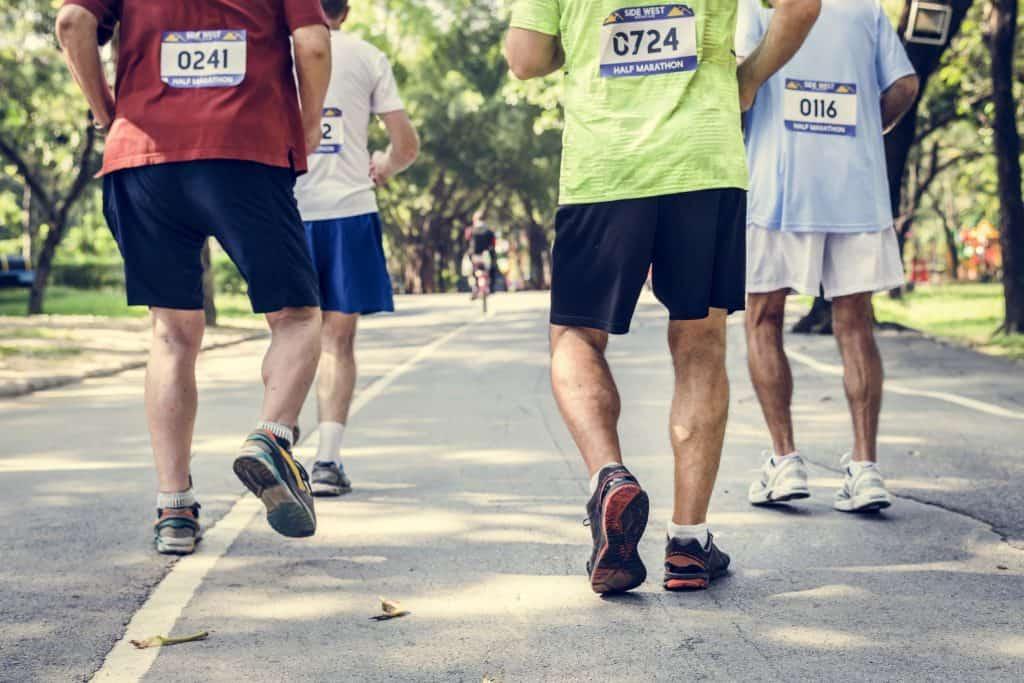 Imagem de pessoas correndo em maratona.