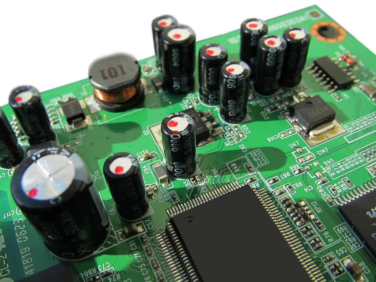 Imagem de componentes encaixados em uma placa de circuito impresso, método de funcionamento de uma placa de rede.