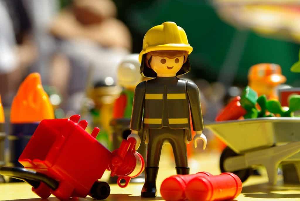 Minifigura Playmobil de um bombeiro.