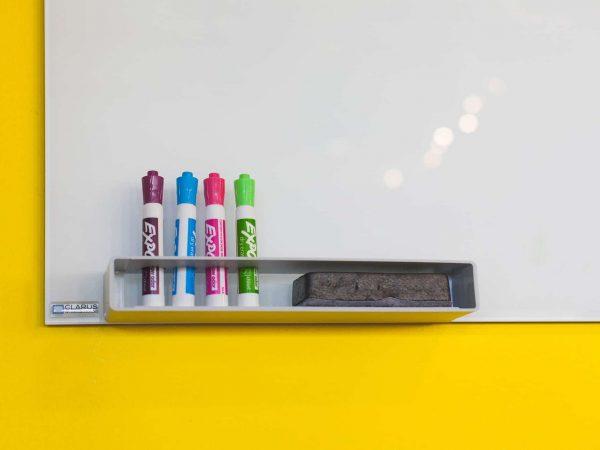 Quadro magnético branco com canetas e apagador.