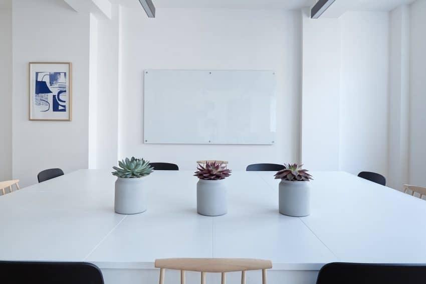 Sala com quadro magnético na parede.