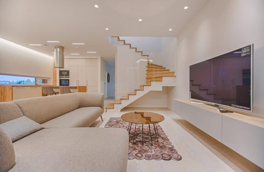 Imagem de uma sala de estar com uma Smart TV de tela plana no centro.
