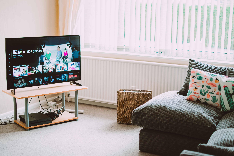 Imagem de uma Smart TV apoiada sobre uma mesinha de centro.