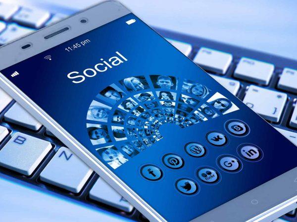 Imagem mostra um smartphone sobre um teclado.