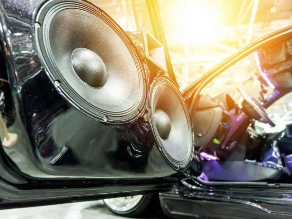 Imagem mostra um som automotivo em close com efeito de luz.