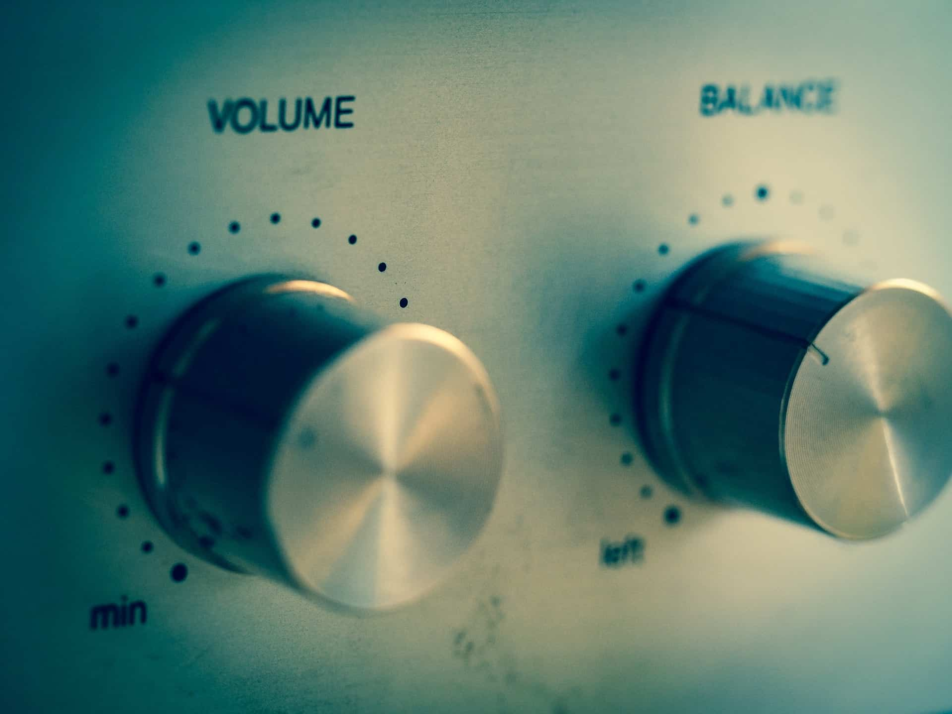 Imagem aproximada de botões reguladores de volume e balanço.
