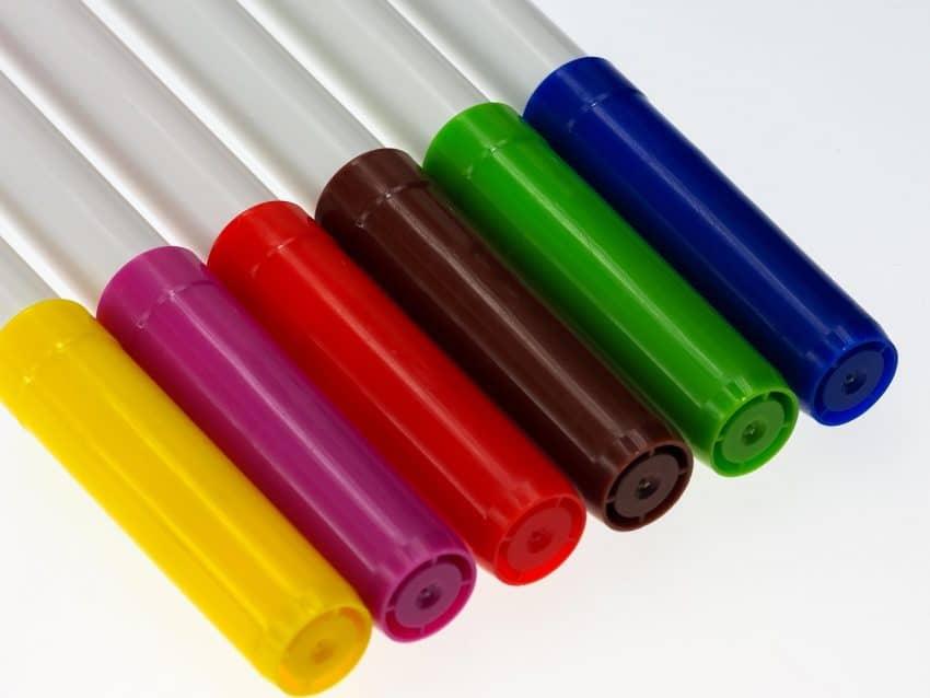 Imagem de canetas hidrográficas coloridas com corpo de plástico e tampas respiráveis.