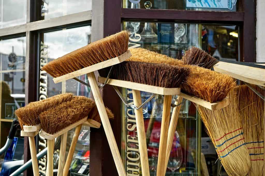 Vassouras com cerdas macias e cabo de madeira.