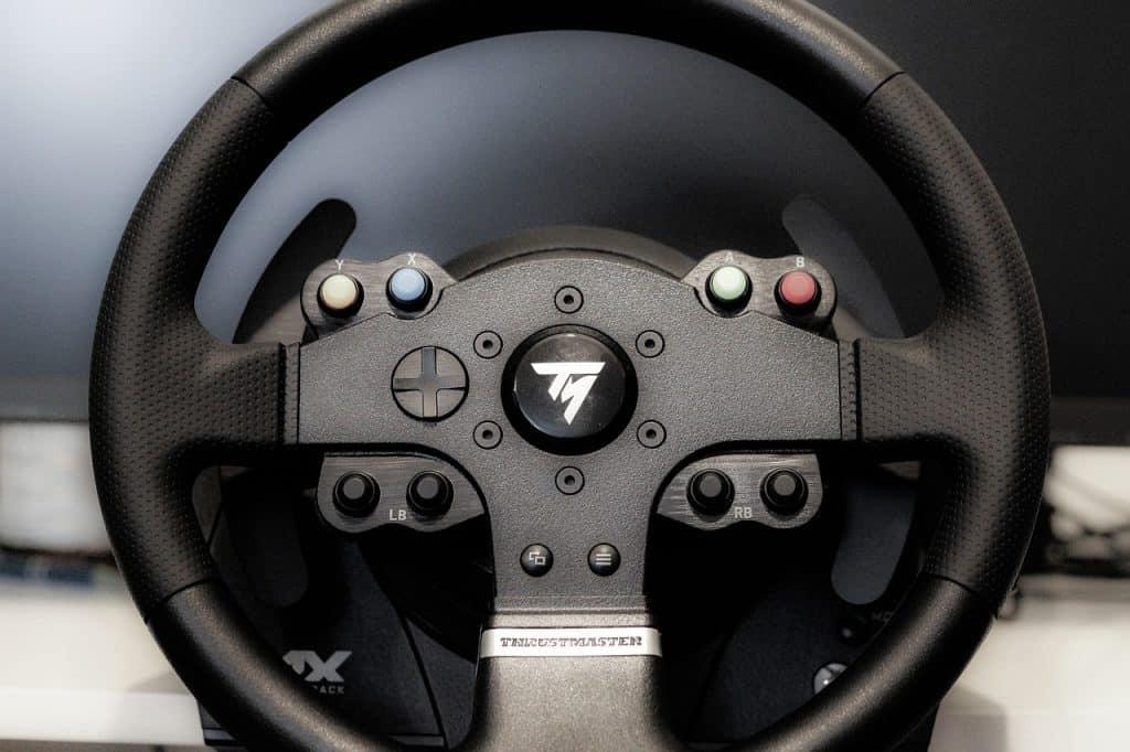 Imagem de um volante da Thrustmaster preto para Xbox