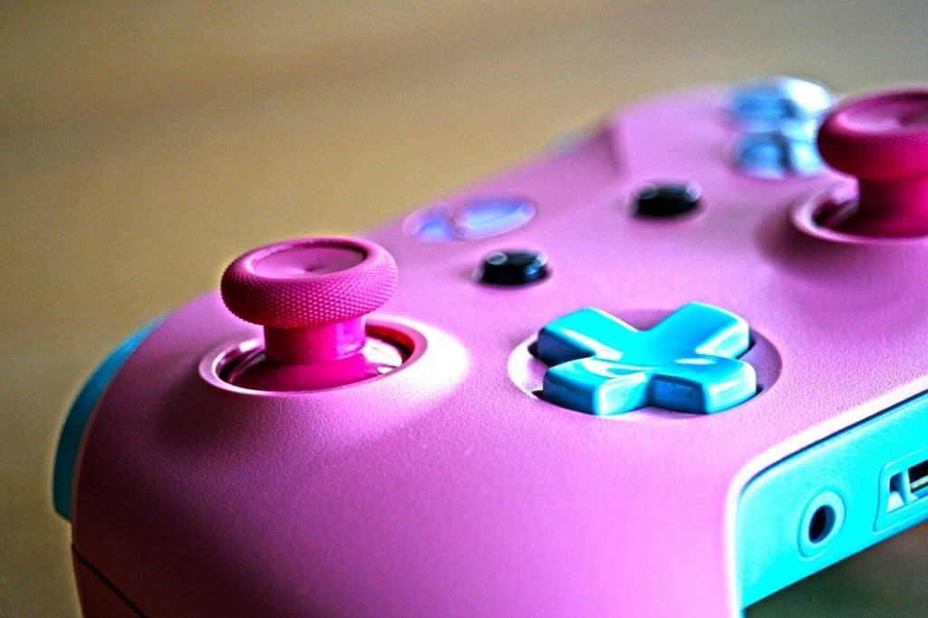 Imagem de controle de Xbox One rosa e azul.