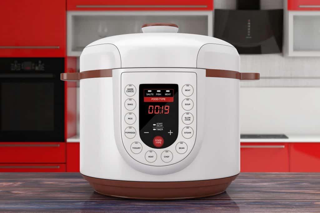 Panela de pressão elétrica branca em cozinha moderna
