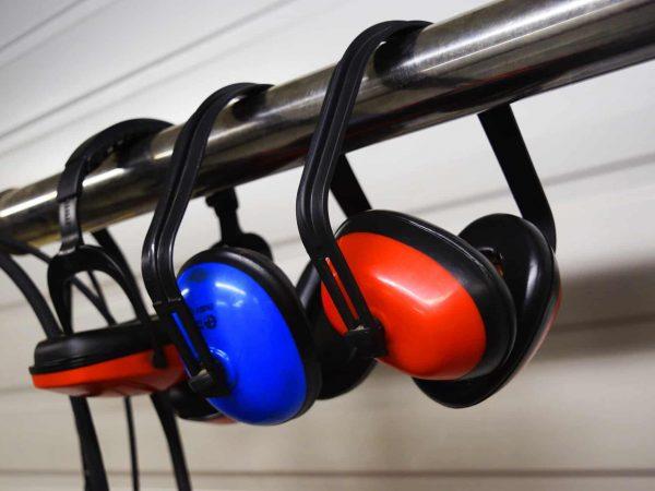 Três modelos de abafador de ruídos pendurados lado a lado.