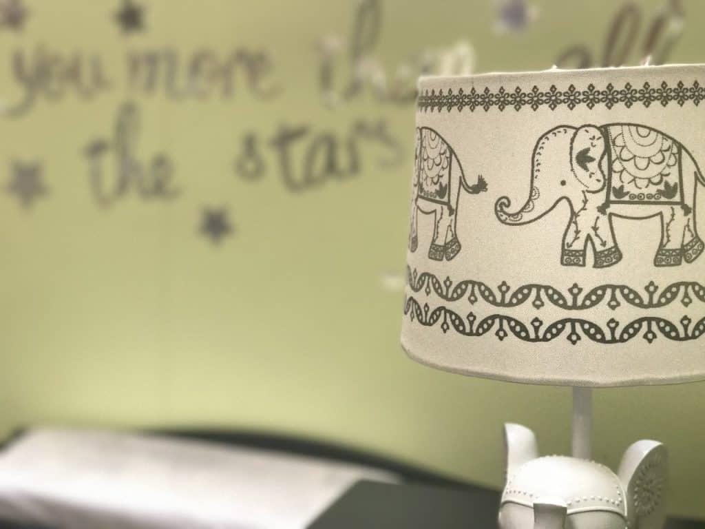 Na foto a cúpula de um abajur decorada com elefantes.