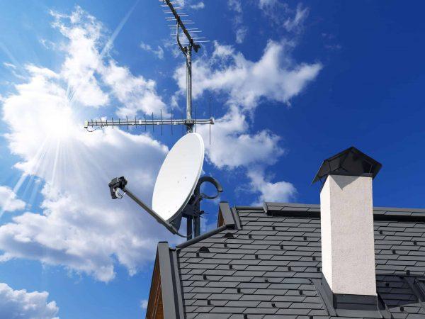 Na foto um telhado com algumas antenas em cima.