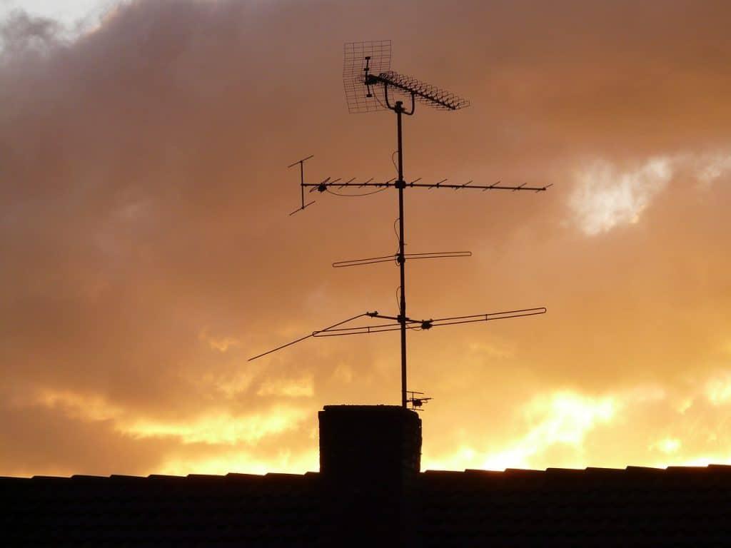 Ilustração mostra uma antena digital externa na cor prata.