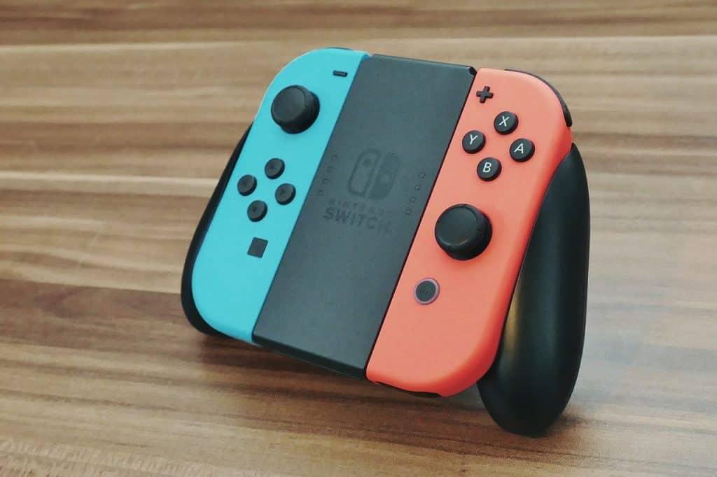 Imagem mostra um Nintendo Switch sobre uma mesa de madeira.