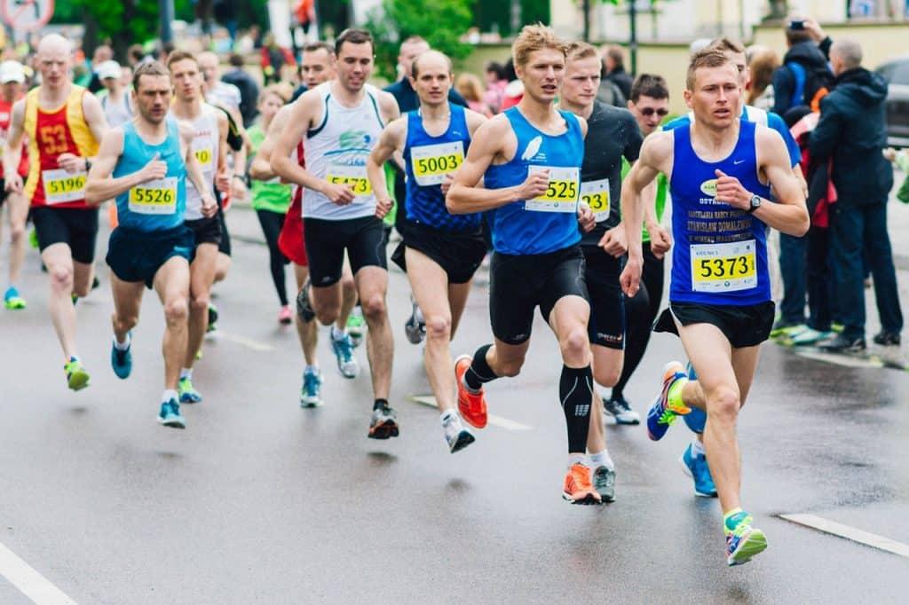 Imagem de maratonistas correndo.