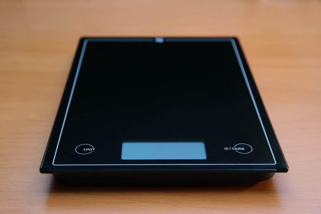 Imagem de balança preta no chão.