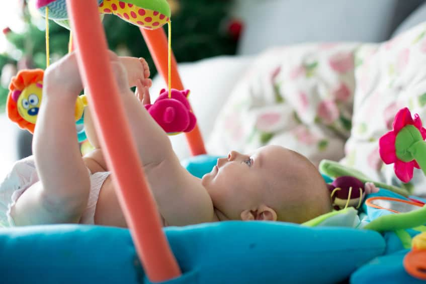 Imagem de criança brincando em tapete.