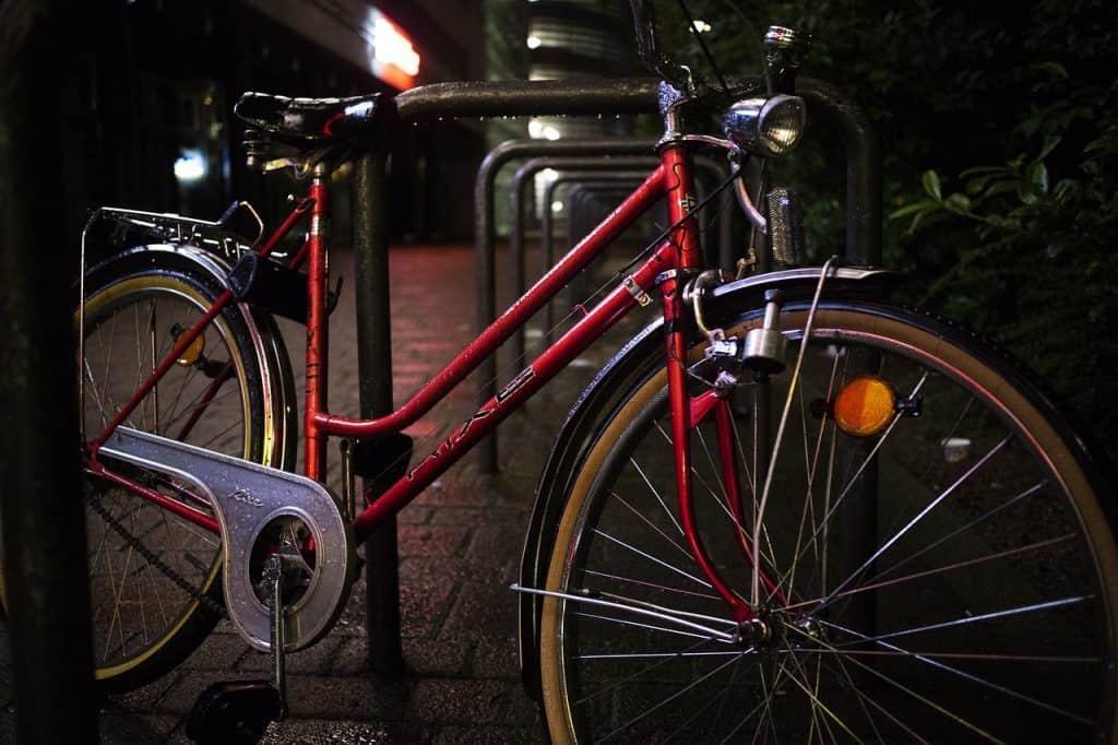 Imagem de bicicleta apoiada em suporte.