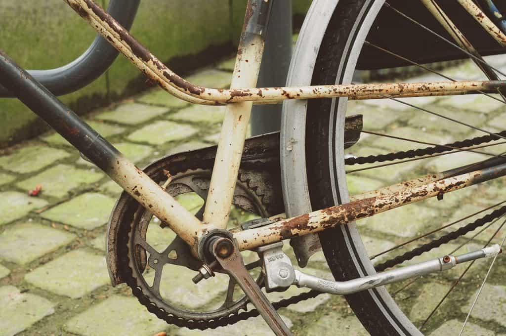 Imagem mostra uma bicicleta enferrujada.