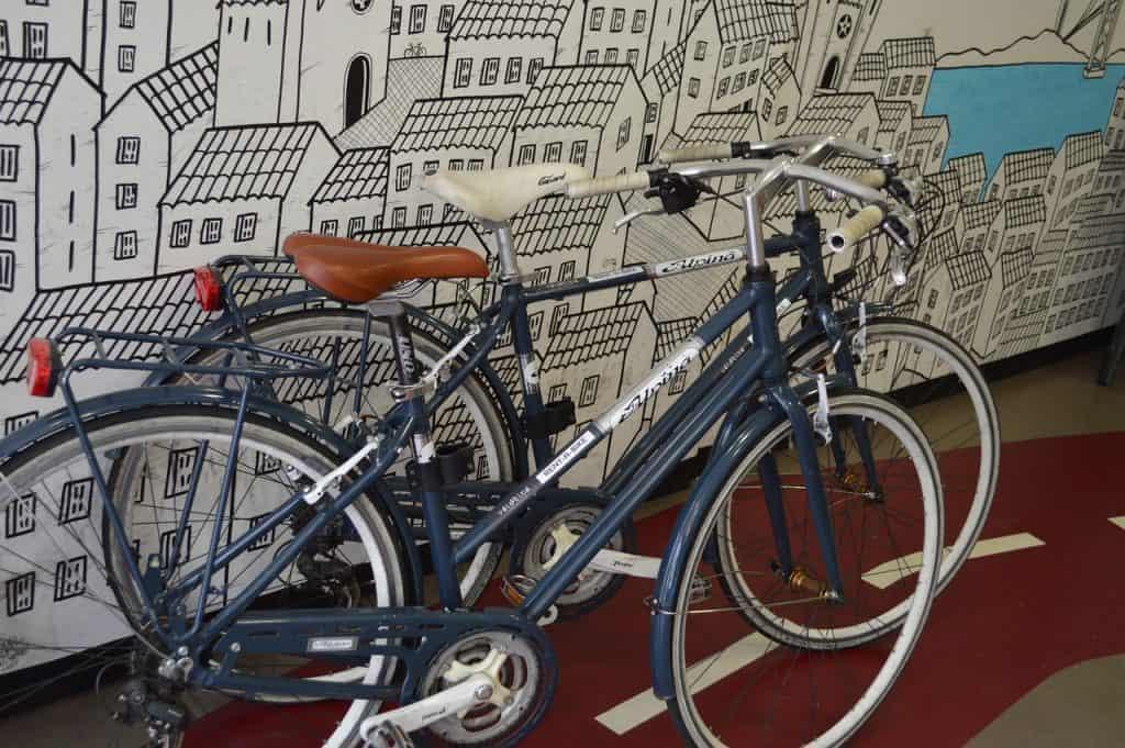 Imagem de bicicletas encostadas em parede.