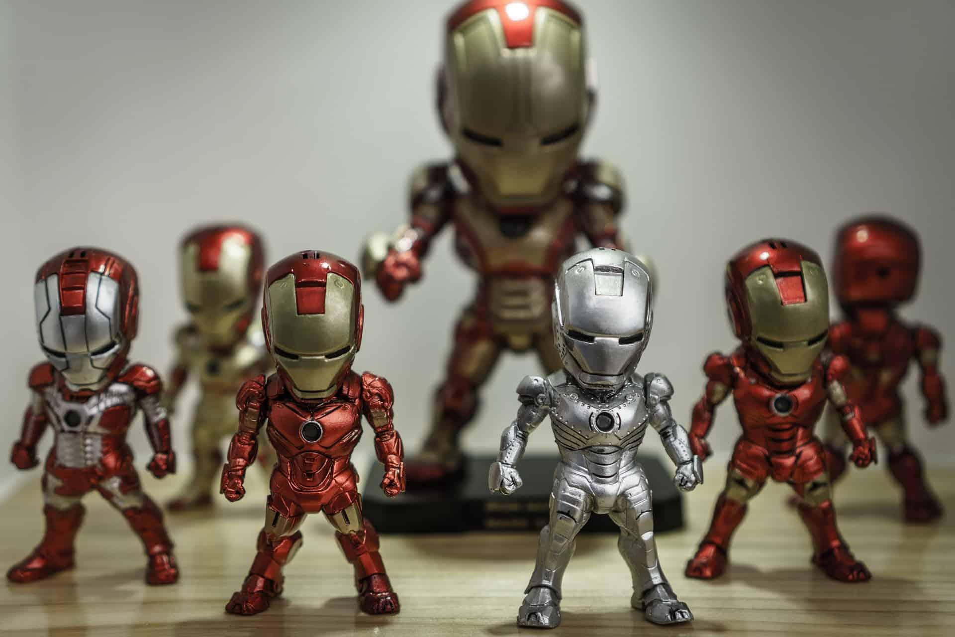 Na foto vários bonecos de brinquedo do Homem de Ferro.