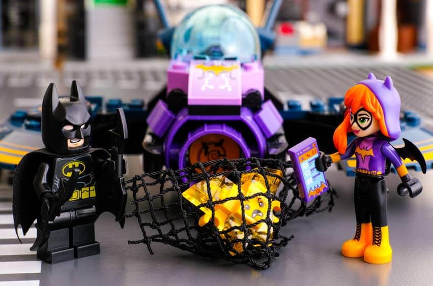Imagem de um batman e uma batgirl em lego.